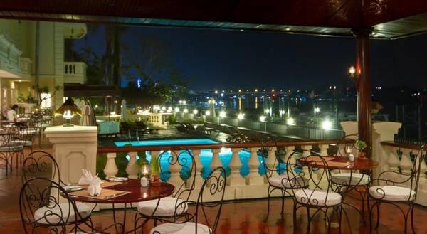 Nhà hàng Bassac nằm bên bờ sông với hướng nhìn thoáng đãng, bao quát toàn bộ cảnh đẹp của sông nước
