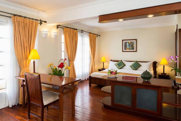 Phòng nghỉ ở đây có sự kết hợp hài hòa giữa đồ nội thất gỗ với khăn trải họa tiết dân tộc và những vật dụng trang trí đậm chất sông nước miền Tây.