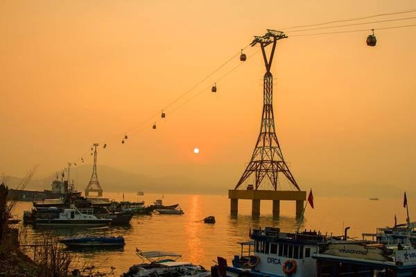 Từ sáng sớm, chúng tôi đã có mặt tại bến cảng Cầu Ðá, TP Nha Trang để chuẩn bị cho chuyến hành trình khám phá hải đăng Hòn Lớn. Bình minh Nha Trang thật đẹp.