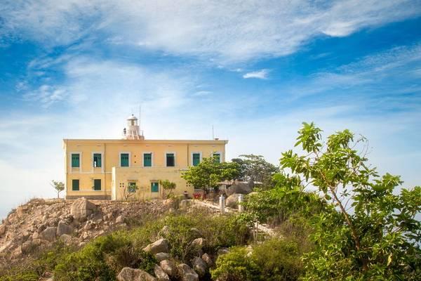 Hải đăng Hòn Lớn nằm trên đảo Bích Ðầm thuộc phường Vĩnh Nguyên, TP Nha Trang, tỉnh Khánh Hoà. Tòa nhà của trạm hải đăng có diện tích hơn 750 m2.