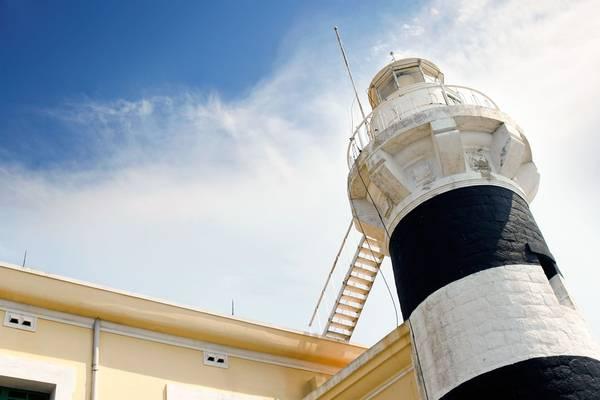 Phần tháp đèn hải đăng Hòn Lớn cao 16m, có 2 màu sơn chính là trắng và đen.