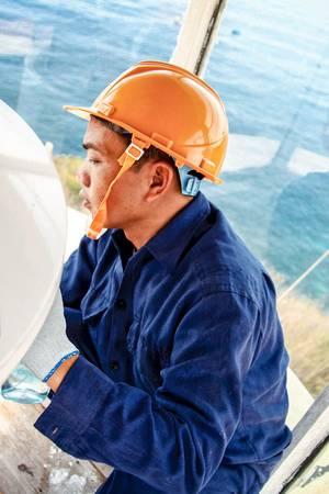 Những người công nhân gác hải đăng Hòn Lớn phải sinh hoạt và làm việc ngay tại hải đăng, để đảm bảo hoạt động hàng hải thông suốt 24/24h. Trên đảo rất thiếu nước ngọt, đặc biệt vào mùa khô.