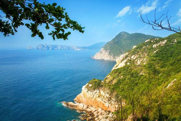 Vịnh Nha Trang nhìn từ hải đăng Hòn Lớn.