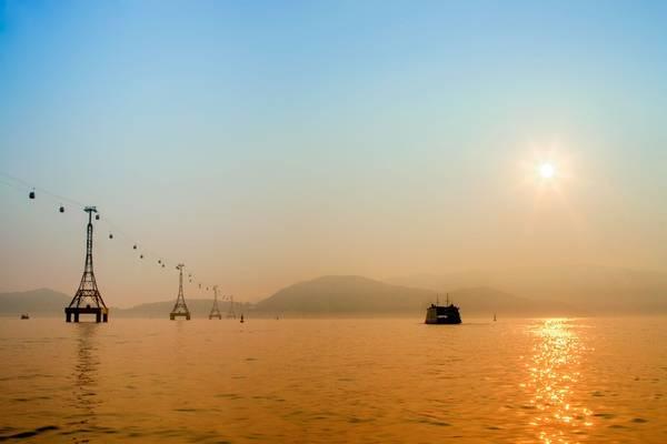6h, tàu tiếp tế TL216 của Công ty Bảo đảm an toàn hàng hải Nam Trung Bộ xuất phát từ bến cảng tiến vào vịnh Nha Trang, bắt đầu cuộc hành trình.
