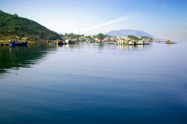 Sau gần 2 giờ lênh đênh trên biển, tàu cập đảo Bích Đầm - xã đảo xa nhất của Nha Trang, nằm trong cụm đảo Hòn Tre. Bích Đầm là một làng chài yên bình nằm giữa vùng nước quanh năm xanh biếc như ngọc.