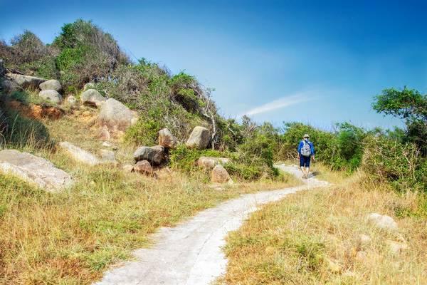 Từ Bích Đầm, chúng tôi men theo một lối mòn nhỏ, lên đỉnh đảo - nơi có ngọn hải đăng Hòn Lớn. Đường đi khá xa (khoảng 4 km) cộng với cái nắng nóng như đổ lửa của miền Trung khiến cả đoàn khá mệt mỏi.