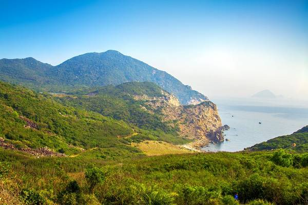 Nhưng bù lại, càng lên cao, cảnh sắc thiên nhiên hiện ra càng hùng vĩ, những bước chân nhẹ nhàng hơn. Từ đây, ta có thể thưởng ngoạn vẻ hoang sơ của cả núi, rừng, biển. -5