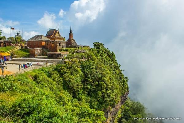 Núi Bokor cao 1.079 m so với mực nước biển, thường xuyên được sương mù bao phủ, khí hậu quanh năm mát mẻ. Ảnh: Oudom Keo.