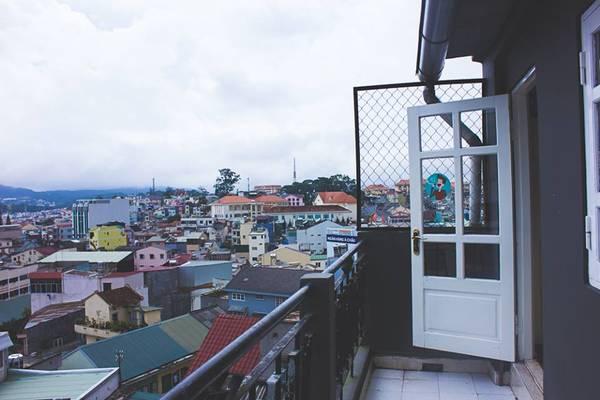 Phía ngoài là một ban công nhỏ có thể nhìn ra thành phố.Ảnh: Yolo