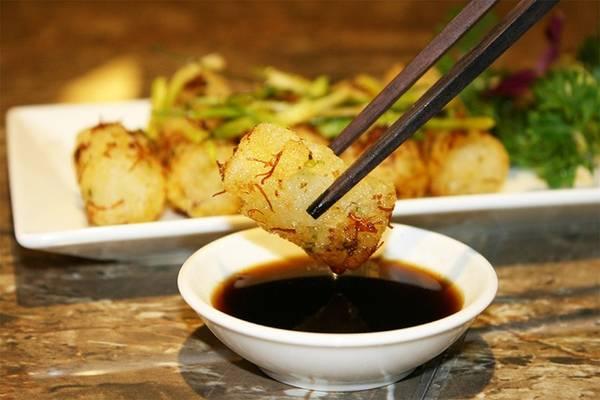 Bánh cuốn chiên tương X.O: Đây là món ăn có hình thức và cách chế biến gần giống với món bánh cuốn của Việt Nam. Tuy nhiên, có một vài điểm khác biệt, đầu tiên phải kể đến vỏ bánh, được làm dầy nhưng lại mềm và không quá dai. Phần nhân càng thêm hấp dẫn khi được làm từ thịt, tôm hoặc xá xíu.
