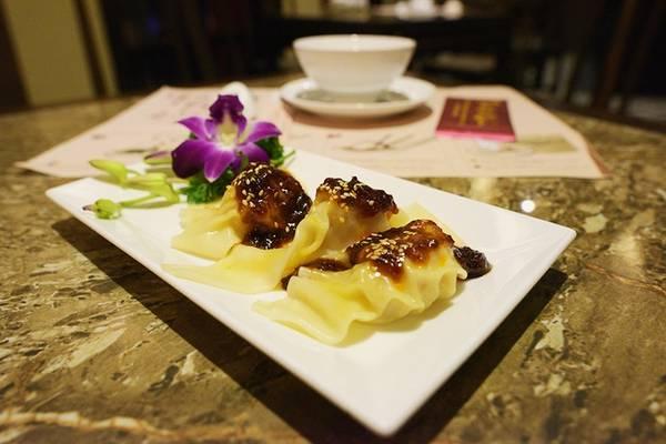 Sủi cảo Tứ Xuyên: Không chỉ riêng Hong Kong, đây là món ăn truyền thống của người Hoa trong các dịp lễ quan trọng của dân tộc. Nó được xem như là món ăn mang lại may mắn cho tất cả mọi người. Thành phần chế biến món ăn này là bột gạo nếp và gạo trắng. Phần nhân thường có thịt heo, tôm tươi… Bánh được nặn hình bán nguyệt và ăn kèm với nước sốt cay nhẹ nhằm đem lại hương vị ngon nhất cho người thưởng thức.