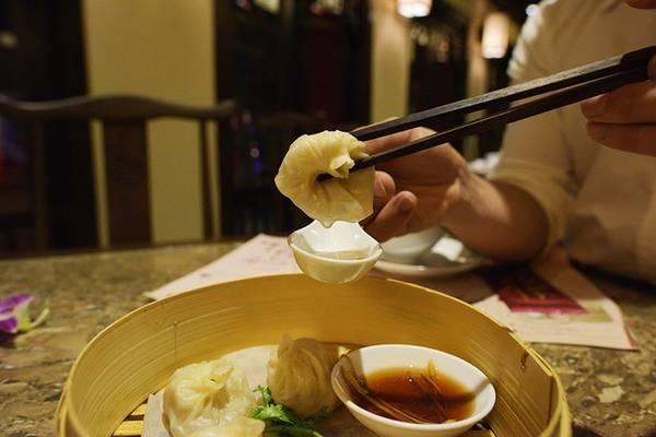 Bánh bao Thượng Hải: Điều đặc biệt tạo nên thương hiệu và sự hấp dẫn cho những chiếc bánh bao Thượng Hải là phần nước ẩn chứa bên trong vỏ bánh. Khi thưởng thức, chính thành phần này là điều được mong chờ nhất của chiếc bánh. Hương vị nóng sốt, beo béo, thơm thơm thực sự tạo nên hương vị bất ngờ dành cho bạn.