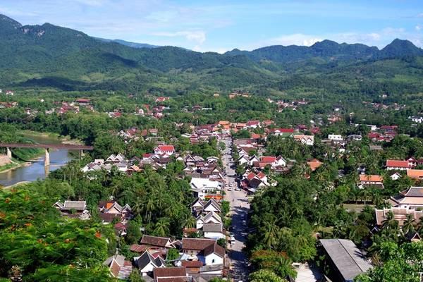 Ngắm thành phố từ đỉnh Phousi: Núi Phousi cao khoảng 150 m và nằm ngay trung tâm cố đô Luang Prabang. Sau khoảng 10 - 15 phút leo bộ bạn có thể phóng tầm mắt ngắm nhìn toàn cảnh thành phố. Hiện ra trước mắt du khách lúc này là những con đường chính, đồi núi trùng điệp và hai dòng sông Mekong, Nam Khan. Từ đây du khách cũng có thể đón bình minh. Vé tham quan ở núi Phousi cho mỗi khách nước ngoài là 10.000 kip (27.000 đồng).