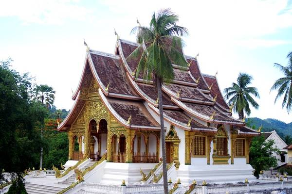 Tham quan cung điện Hoàng gia: Cung điện Hoàng gia nay là bảo tàng quốc gia Luang Prabang nằm trên đường Sakkaline. Với một người yêu thích lịch sử, kiến trúc và văn hóa thì không thể bỏ qua nơi này. Ngay từ bên ngoài bạn đã được chiêm ngưỡng vẻ đẹp của các tòa nhà truyền thống, trang trí bằng nhiều họa tiết cầu kỳ và dát vàng lộng lẫy. Lưu ý khi bước vào bảo tàng du khách không được mang giày dép, chụp ảnh bên trong các khu nhà và phải ăn mặc kín đáo. Giá vé vào cửa là 30.000 kip (khoảng 82.000 đồng) một người.