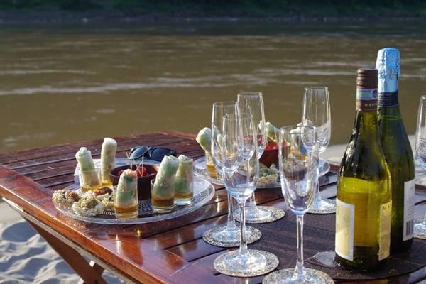 Du thuyền trên sông Mekong: Thoát khỏi không gian của phố xá cổ kính, bạn hãy thử đi thuyền để khám phá đôi bờ sông Mekong. Du khách sẽ có nhiều lựa chọn như nửa ngày lên thượng nguồn sông Mekong, dã ngoại đón hoàng hôn, hay xuôi dòng đến thác Kuang Si. Để tận hưởng một Luang Prabang khác biệt, bạn có thể tìm hiểu thêm thông tin ở web Luxury on the Mekong.