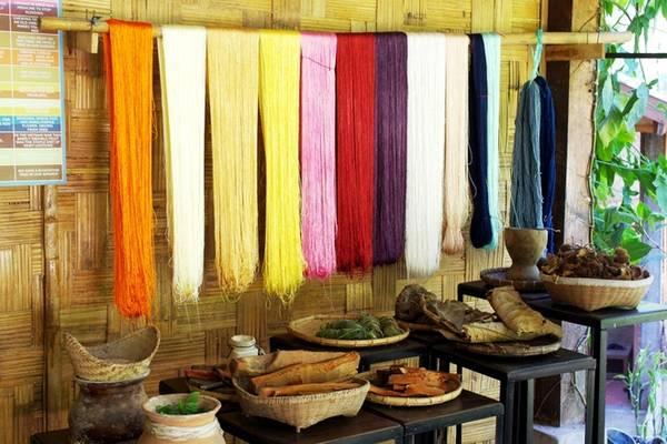 Tìm hiểu nghề dệt lụa truyền thống: Tham quan xưởng làm lụa truyền thống ở Ock Pop Tok, bạn sẽ được khám phá từng công đoạn làm nên tấm lụa của người Lào. Không đơn thuần là xưởng sản xuất, nơi đây còn có nhà hàng, quán cà phê, biệt thự, và lớp học cho du khách muốn tự tay dệt lụa, nhuộm vải...