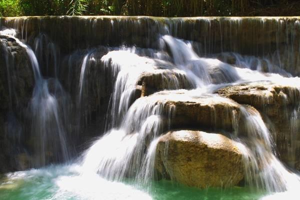 Tắm thác Kuang Si: Cách trung tâm Luang Prabang 30 km, thác Kuang Si là điểm đến không thể bỏ qua với người thích khám phá thiên nhiên. Thác nổi bật với tầng tầng lớp lớp chảy từ cao xuống thấp, tạo nên các hồ nước bên dưới có màu xanh ngọc quyến rũ. Vé tham quan mua cho một người là 20.000 kip (54.000 đồng).