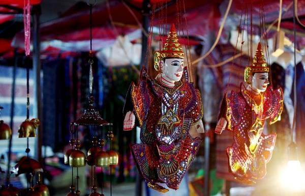 Mua đồ lưu niệm ở chợ đêm: Không phải là một nơi sôi động về đêm nhưng bạn vẫn có thể khám phá Luang Prabang dưới những ánh đèn. Khu chợ đêm chạy dọc tuyến phố Sakkaline mở cửa từ 18h tới 22h hàng ngày là nơi bạn có thể tìm mua những món đồ lưu niệm độc đáo.