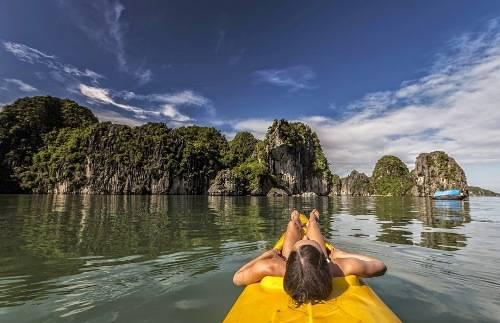 Đến Cát Bà đừng bỏ qua trải nghiệm thuê kayak và tự chèo ra vịnh để tham quan hay khám phá các đảo hoang. Ảnh: Gabor Tokes