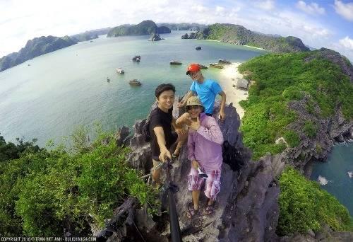 Góc nhìn từ trên đỉnh đảo Khỉ, leo lên đấy không quá khó, nhưng toàn đá nhọn, các bạn leo hết sức cẩn thận. Ảnh: Trần Việt Anh