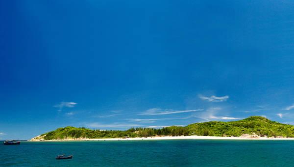 6. Hòn Chùa: với diện tích khoảng 100ha, là điểm dừng chân lý tưởng đối với du khách yêu thích loại hình du lịch tắm biển, ngắm san hô. Khu vực quanh đảo là bãi cát trắng mịn và những rạn san hô phong phú, đa dạng về chủng loại. Ảnh: lendang