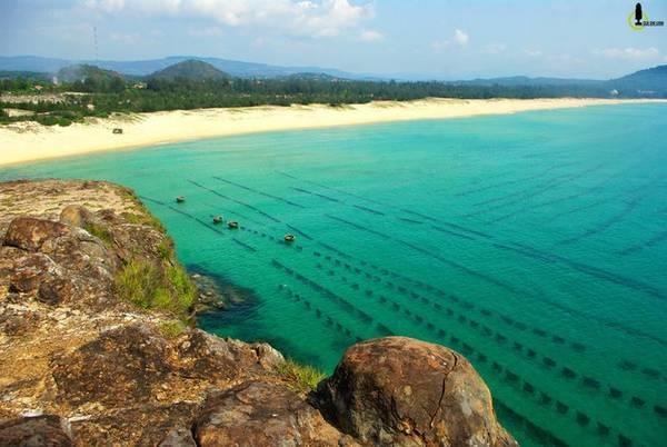 8. Bãi Phú Thường: có chiều dài khoảng 3km kéo dài từ Mũi đá Bãi Trường Mũi Hòn Yến phía Nam. Bãi sạch với cát vàng đổ lài từ đất liền ra đến mặt sóng và còn rất hoang sơ. Ảnh: VNE
