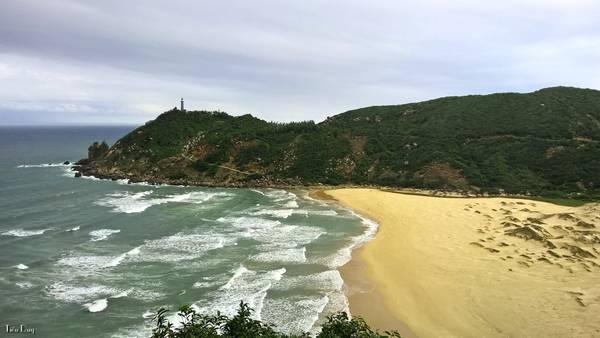 2. Bãi Môn: cách Tuy Hoà khoảng 35km về phía đông nam có ngọn hải đăng tỏa sáng hàng đêm giúp tàu thuyền qua lại trên biển và vào vịnh Vũng Rô. Đây là nơi hội tụ nhiều nét đẹp của thiên nhiên với rừng, biển, suối và núi đồi. Ảnh: Tiểu Duy