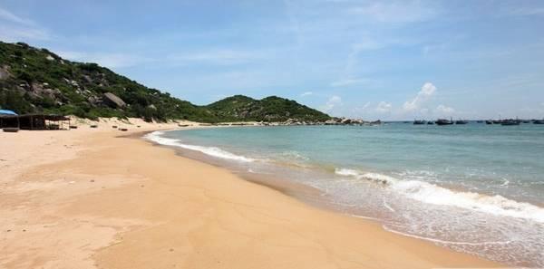 <strong>3. Bãi Gốc:</strong> Bãi Gốc trải dài 3km ở phía bắc Bãi Môn, mũi Điện, thuộc địa phận xã Hòa Tâm, Đông Hòa, tỉnh Phú Yên. Cặp theo mé biển, du khách sẽ tận hưởng sự lãng mạn tuyệt vời, khi dạo bước trên làn cát trắng mịn này. Ảnh: STh sẽ tận hưởng sự lãng mạn tuyệt vời, khi dạo bước trên làn cát trắng mịn này. Ảnh: ST