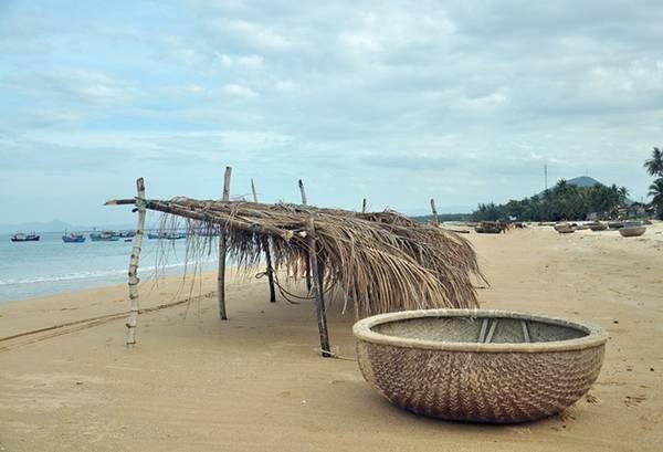 5. Bãi Long Thủy: có tên gọi xưa là Bãi biển Mỹ Á, thuộc địa phận xã An Phú, thành phố Tuy Hòa, tỉnh Phú Yên. Nơi đây được mệnh danh là một trong những bãi biển đẹp nhất ở Phú Yên, với bờ cát mịn, nước biển trong xanh, đáy thoai thoải, điểm tô hàng dừa xanh mát... Ảnh: Zing