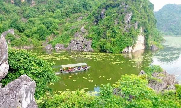 Hồ Quan Sơn mùa hoa nở khắp lòng hồ khiến ai đến đây cũng thích thú.