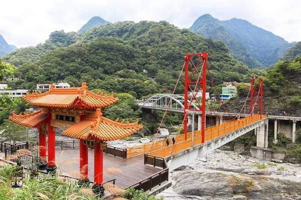 Thị trấn Tianxiang nhìn từ ngôi chùa Xiangde có kiến trúc độc đáo.