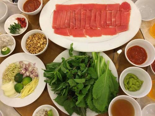 Cá ngừ cuốn cải xanh Cách ăn cá sống chấm mù tạt không chỉ có ở Nhật Bản mà cũng rất nổi tiếng ở Phú Yên. Với đặc sản là loại cá ngừ đại dương, đây là cách thưởng thức phổ biến để cảm nhận trọn vẹn hương vị tươi ngon của nó. Một phần ăn đầy đủ sẽ gồm đĩa cá ngừ phi lê với những lát thịt đỏ tươi, cắt thành miếng mỏng, dài, hình chữ nhật; đĩa cải xanh kèm rau sống, chuối chát; đĩa gia vị với hành, sả, gừng cắt nhỏ; lạc rang, bánh tráng. Thực khách phải tự pha nước chấm bằng cách lấy mù tạt, trộn thêm chút xì dầu, tương ớt, vắt nước cốt chanh rồi trộn đều. Bước cuối cùng là lấy bánh tráng nhúng nước cho mềm, bỏ vào bẹ cải xanh kèm rau húng quế, chuối chát, hành gừng, đặt lên trên lát cá ngừ, rắc chút lạc, cuốn lại rồi chấm. Món ăn tạo cảm giác tươi mát với vị rau xanh và biển cả.