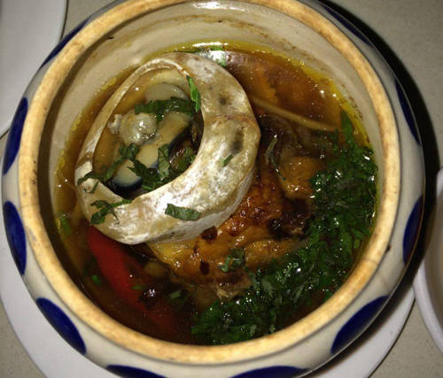 Mắt cá ngừ đại dương: Món ăn này còn được ví như đèn pha đại dương và thường được chế biến bằng cách hầm với thuốc bắc. Một trong những khâu quan trọng nhất là khử mùi tanh, sau đó đầu bếp sẽ hầm mắt cá ngừ với kỷ tử, táo tàu... Món được bày trong thố nhỏ, đặt trên đĩa cồn cháy nên luôn nóng khi thưởng thức. Vị béo ngậy, ngọt thơm của mắt cá lẫn với thuốc bắc chính là điểm khiến thực khách khó quên.