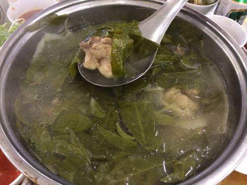 Lẩu gà lá dít: Lá dít được coi là đặc sản Phú Yên, bởi chỉ mọc ở một số vùng nhất định và có vị chua đặc trưng. Nhờ đó, khi nấu với các loại hải sản và gà, chim, lá dít góp phần tạo vị thanh mát, rất dễ ăn, nhất là trong tiết trời nóng bức. Lẩu gà lá dít hợp nhất là ăn thêm cùng bún. Chỉ cần chan nước lẩu, thêm vài lá dít và miếng thịt gà mềm tơi, bạn sẽ có một bữa ăn ngon.