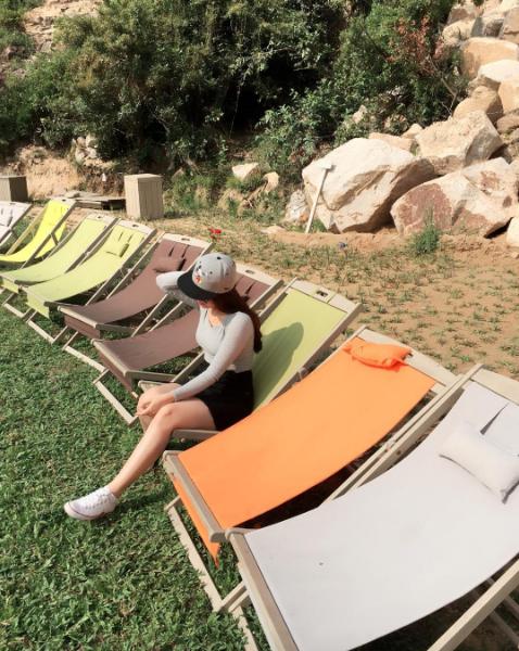 Những chiếc ghế màu hướng về phái biển ở khu dã ngoại Trung Lương. (Ảnh: @hahuyenthanh)