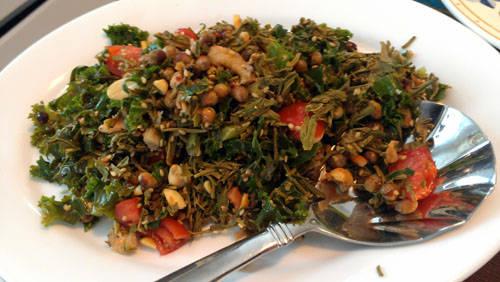 Laphet thoke (salad lá trà xanh): Nhắc đến xứ chùa vàng không thể không nhắc đến Lephet - lá trà xanh lên men. Món ăn được làm từ Lephet trộn với bắp cải, cà chua, đậu phộng rang, tỏi và ớt. Ảnh: Hungarybuddha.