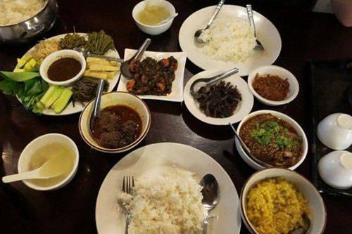 Món cà ri: Đây là một món ăn truyền thống, có nhiều gia vị và rau thơm của người bản địa. Thịt lợn, thịt bò, thịt cừu, tôm hoặc cá đều có thể ăn kèm với cà ri. Món ăn này còn độc đáo ở chỗ được ăn cùng Ngapi ye - một loại nước sốt làm từ cá và Balachaung - bát nước chấm cay nồng, mặn ngọt với ớt, tỏi, tôm khô. Ảnh: Saffrontravel.