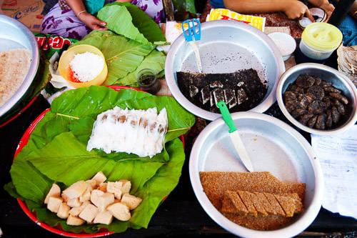 Moun, bein moun, moun pyit thalet (những chiếc bánh ngọt xứ Chùa Vàng): Người bản địa thường ăn các món vặt vào bữa sáng, bữa trà chiều. Không giống các món bánh được phủ đường để tạo vị ngọt, Moun - các món ngọt ở đây sử dụng cùi dừa và nước cốt dừa, gạo nếp và trái cây để tạo vị ngọt đặc trưng. Bánh Has nwin ma kin là chiếc bánh ngọt nhỏ làm từ bột trộn với nước cốt dừa, bơ và nho khô. Ảnh: Austinbus.