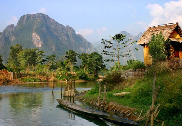 Vang Vieng là một thị trấn nhỏ, yên bình nằm bên bờ sông Nam Song.