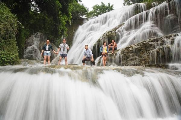 Các bạn trẻ khám phá thác Mu. Ảnh: Nguyễn Minh Kế