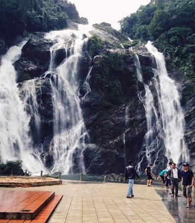 Sàn ngắm toàn cảnh ngọn thác đẹp nhất Quảng Ngãi. Ảnh: ST