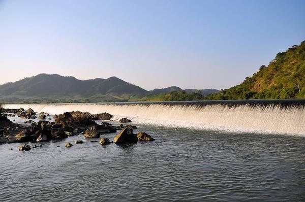 Đập nước Đồng Cam: Đập nước Đồng Cam trước năm 1975 còn có tên là đê Bảo Đại. Đây được xem là công trình thủy lợi lớn nhất tỉnh Phú Yên. Đập thuộc huyện Phú Hòa và nối liền hai dãi núi cao Trù Các và Qui Hậu tạo nên thế sơn thủy hữu tình.