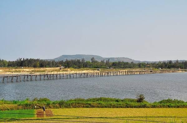 Cầu gỗ Bình Thạnh: Cầu được người dân địa phương thường gọi là cầu gỗ Ông Cọp. Đây là cây cầu gỗ được xem như dài nhất Việt Nam hiện nay với chiều dài khoảng 700m. Cầu bắc ngang cửa sông Bình Đá và đổ ra cảng Tiên Châu. Nhìn xa chiếc cầu gỗ rất mỏng manh.
