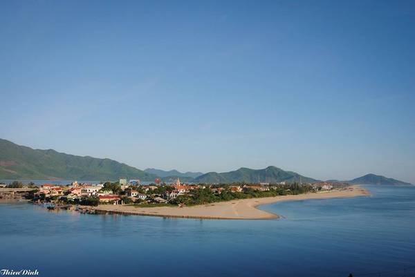 Vịnh Lăng Cô: Lăng Cô là một bãi biển khá nổi tiếng nằm cách Huế khoảng 70 km, tại thị trấn Lăng Cô, huyện Phú Lộc, Huế. Đây cũng là vịnh biển thứ 3 của Việt Nam nằm trong top 30 bãi biển đẹp nhất thế giới. Lăng Cô được nhiều du khách đánh giá đẹp nhất vào mỗi buổi bình minh.