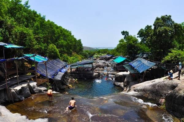 Suối Mơ: Suối Mơ hay nhiều người vẫn gọi thác Mơ là một địa điểm du lịch lý thú nằm tại thị trấn Lăng Cô, huyện Phú Lộc, cách thành phố Huế chừng 65km. Suối Mơ đón du khách bằng rừng nguyên sinh trong lành và mát rượi. Đây đúng là một địa điểm thú vị cho các gia đình muốn trốn cái nắng miền Trung trong những ngày oi bức.