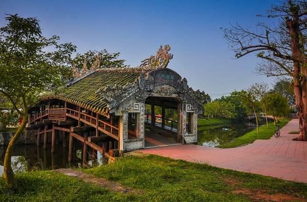 Cầu ngói Thanh Toàn: Thanh Toàn là cây cầu làm bằng gỗ bắc qua một con mương làng Thanh Thủy Chánh, thuộc xã Thuỷ Thanh, thị xã Hương Thuỷ, cách thành phố Huế khoảng 8 km về phía đông nam. Cầu được xem là biểu tượng của ngôi làng. Cầu ngói Thanh Toàn được nhà nước chứng nhận di tích quốc gia, vì đây là chiếc cầu loại hiếm và giá trị nghệ thuật cao ở Việt Nam.