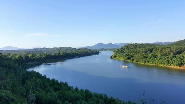 Sông Hương: Bất cứ ai đến với Huế cũng ao ước một lần được ngắm nhìn dòng sông Hương thơ mộng. Nếu du khách muốn đi thuyền để dạo cảnh có thể tới bến tàu Tòa Khâm.
