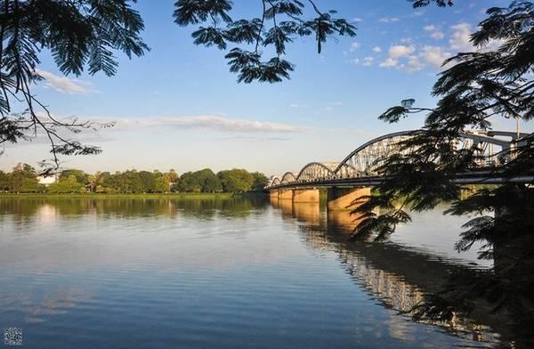 Cầu Trường Tiền: Sông Hương được ví như đôi mắt của thành phố Huế thì cầu Trường Tiền là biểu tượng của chứng mình lịch sử với bao sự đổi thay của đất cố đo. Cầu Trường Tiền có 6 nhịp dầm thép hình vành lược, dài 402 m, lòng cầu rộng 6 m.