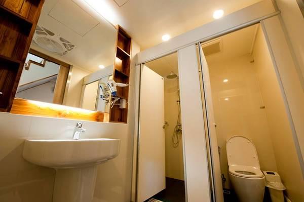 Khu vực nhà tắm chung sạch sẽ và được dọn dẹp thường xuyên.