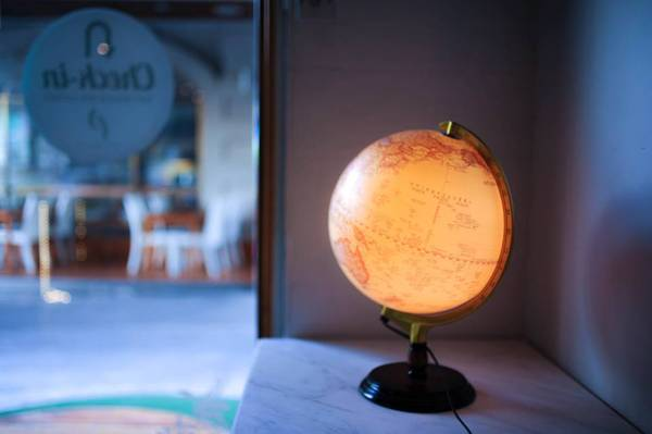 Đèn ngủ hình quả địa cầu mang phong cách phượt.